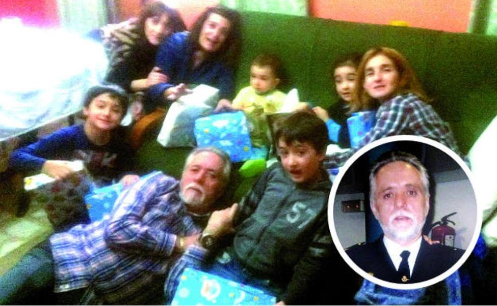 Hilario Reguera, policía segoviano fallecido por la covid-19, recostado junnto a sus niettos, hijas y mujer. / LEONOTICIAS