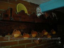 Una espetera .Era una tabla con garfios en que se cuelgan carnes,aves y ustencilios de cocina,como cazos sartenes etc...