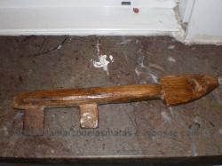 Esta llave abria una de las bodegas del pueblo.Hecha de madera de encina con dos incrustaciones de hierro.Se calcula que tiene unos 150 años.