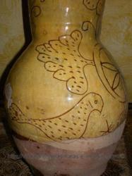 Antigua jarra de vino donde aparece una paloma haciendo clara alusion a los palomares del pueblo